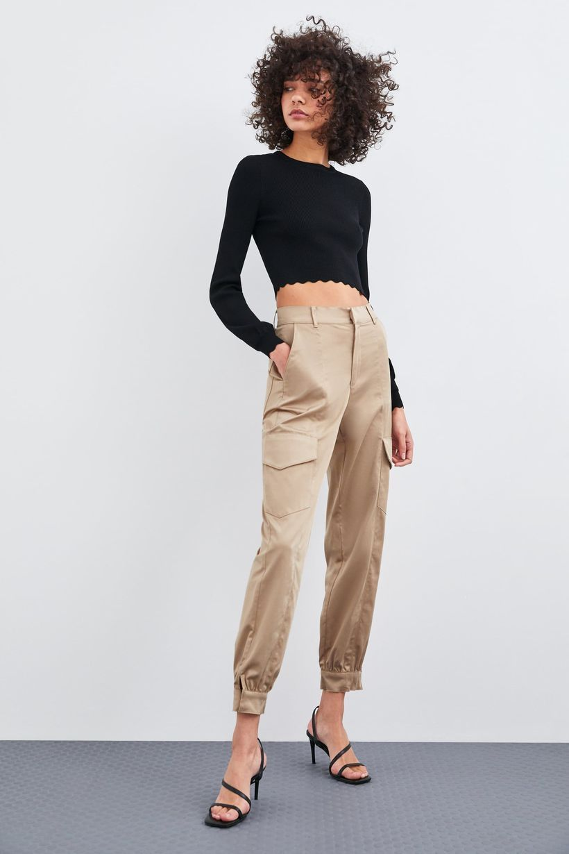 Beige-cargo-trousers-with-black-t-shirt