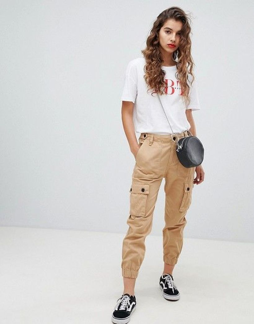 Cool-beige-cargo-trousers-with-white-t-shirt