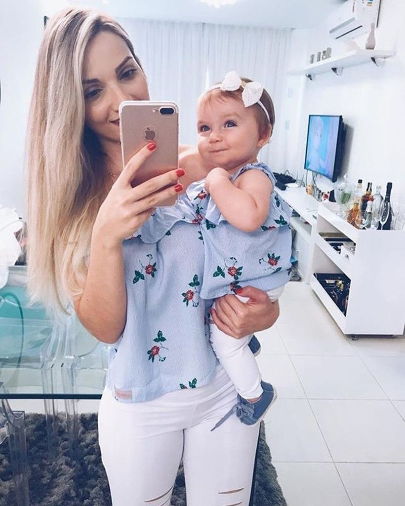 Beautifull-fall-matching-outfit-for-mom-and-daughter-with-patterned-sleeveless-shirt-and-white-pant-you-must-try