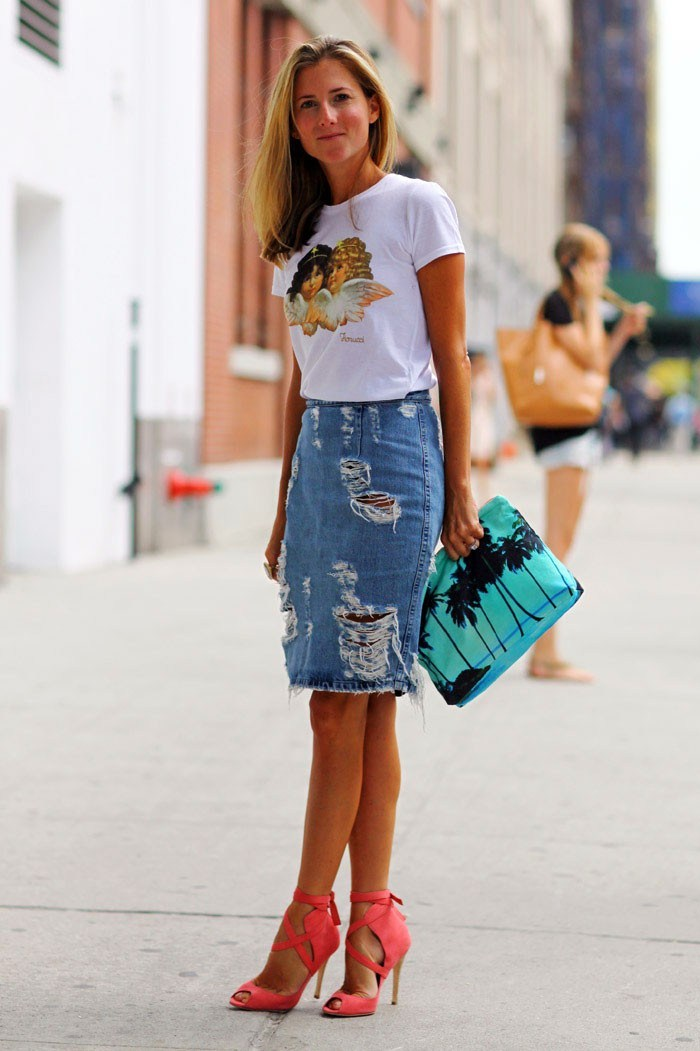 An-amazing-casual-outfit-style-for-women-with-ripped-denim-skirt-combined-white-t-shirt-to-perfect-your-style