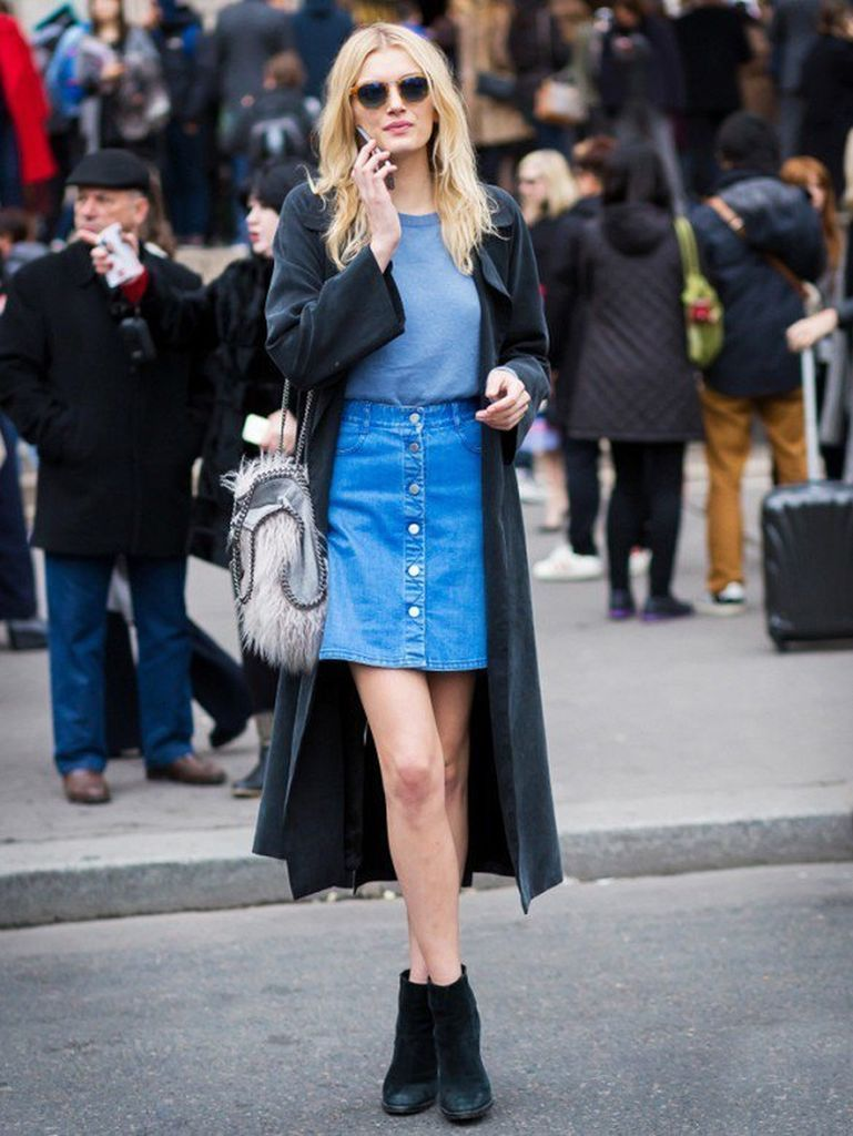 An-elegant-outfit-style-with-button-up-skirts-come-in-the-form-of-denim-mini-skirts-combined-a-plain-t-shirt-before-black-coats-to-perfect-your-style
