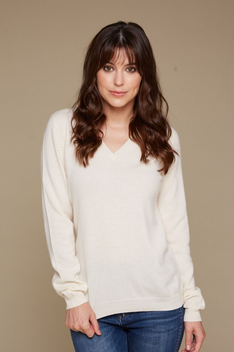 An adorable long sleeves sweaters with white color to look graceful