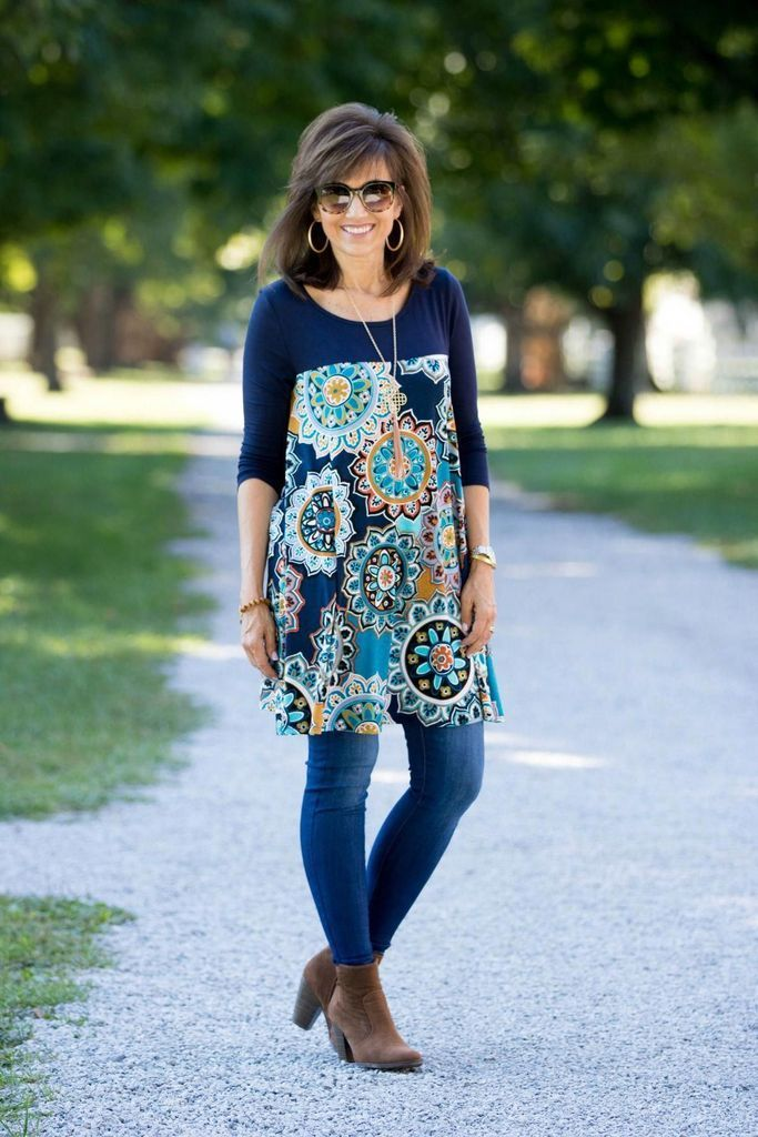 Patterned t-shirt combined with jeans