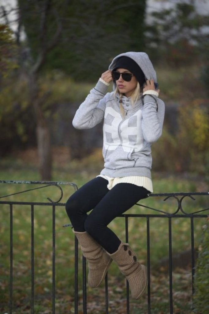 An-amazing-casual-outfit-combined-with-black-legging-and-light-grey-hoodie-to-perfect-your-style